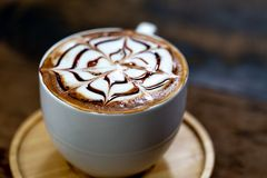 Art de latte de tasse de café dans la boutique images stock