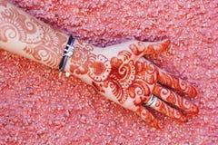 Art de Mehendi ou tatouage de Heena sur la main Photo stock