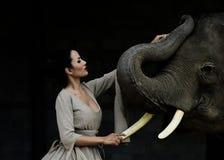 Art de portrait de beaux femmes et éléphants Image stock