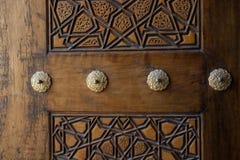 Art de tabouret avec les modèles géométriques sur le bois Photos stock