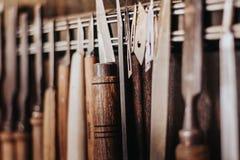 Art de travail du bois, une profession honnête dans un mode de vie viable Menuiserie et coupe photo libre de droits
