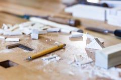 Art de travail du bois, une profession honnête dans un mode de vie viable Menuiserie et coupe image stock