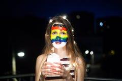 Art de visage d'arc-en-ciel sur une jeune fille la nuit avec le bokeh Photo stock