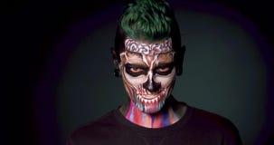 Art de visage de la mort, homme avec le maquillage squelettique coloré clips vidéos