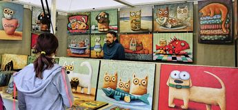 Art Dealer dans le kiosque du marché à Bratislava, Slovaquie images libres de droits