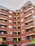 Art Deco Brick Apartment Building en Londres Inglaterra imagenes de archivo