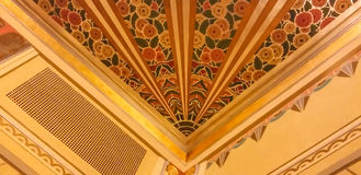 Art Deco design i återställt teatertak Arkivbilder