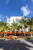 Art Deco Edison Hotel e um carro oldsmobile clássico Imagem de Stock Royalty Free