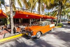 Art Deco Edison Hotel e um carro oldsmobile clássico Imagem de Stock