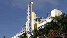 Art Deco Facade van het Golfbrekerhotel in het Strand van Miami stock videobeelden
