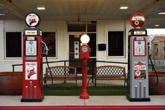 Art Deco rocznika benzyny stacji paliwowej antykwarskie pompy zdjęcia stock