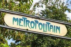 Art Deco znak uliczny przy wejściem Paryski metro Obraz Royalty Free