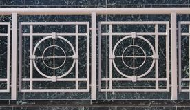 Art- DecoGeländer auf grünem Marmor Lizenzfreies Stockfoto