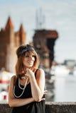 Art der Prallplattenmädchen-Frau in1920s, die auf der Straße steht Stockfoto