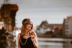 Art der Prallplattenmädchen-Frau in1920s, die auf der Straße steht Stockbilder