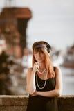 Art der Prallplattenmädchen-Frau in1920s, die auf der Straße steht Lizenzfreies Stockfoto