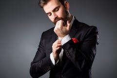 Art des Mannes Eleganter junger Mann, der fertig wird Smoking, Hemd und Stulpen Stockbilder