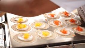 Art des thailändischen Konfekts Khanom Buang (eine Art gefüllter Pfannkuchen) oder des thailändische Art-klaren Törtchens stock video footage