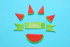 Art doux de pastèque d'été Tranches rouges et juteuses sur le fond bleu photo stock