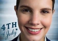 Art du portrait de femme avec le quatrième de bleu du graphique de juillet contre le panneau en bois bleu trouble Photo libre de droits