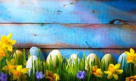 Art Easter Background mit Ostereiern und Frühling blüht auf gre lizenzfreie stockfotografie