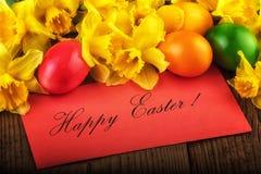 Art Easter Card-achtergrond met de lentebloemen Tekst Gelukkige Pasen Stock Afbeeldingen