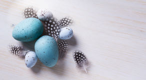 Art Easter eggs and spring flovers on wood background Stock Photography