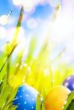 Art Easter-eieren in het gras worden verfraaid dat Stock Foto
