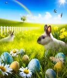 Art Easter-konijntjeskonijn en paaseieren op weide. Stock Afbeelding