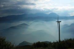 Art eines nebeligen Wetters in Griechenland und in der Windenergiepflanze Stockbilder