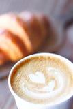 Art en forme de coeur de latte Photographie stock