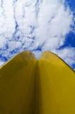Art en métal jaune et ciel bleu photographie stock