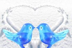 Art en verre de perruche d'oiseau bleu avec le fond de neige de coeur Photo stock