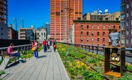 Art et piétons sur la ligne élevée parc, New York City Image stock