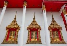 Art exquis sur des fenêtres de temple thaïlandais, Wat Bang Pla - Samut Sakhon, Thaïlande photos libres de droits
