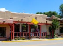Art Gallery com a arte indicada no passeio n Taos New mexico EUA cerca do julho de 2015 imagens de stock royalty free