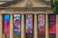 Art Gallery del edificio del sur de Australia con las banderas de la exposición Foto de archivo
