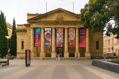 Art Gallery del edificio del sur de Australia con las banderas de la exposición Foto de archivo libre de regalías