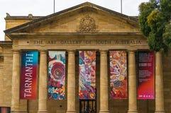 Art Gallery del edificio del sur de Australia con las banderas de la exposición Imagen de archivo