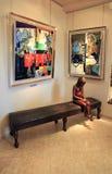 Art Gallery met eigentijds beeldhouwwerk en schilderijen in Heilige P Royalty-vrije Stock Afbeeldingen