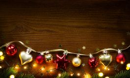 Art Golden Christmas Tree garnering på träbakgrund Arkivbild