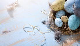 Art Happy Easter dag; Semestrar bakgrund med påskägg på bl Fotografering för Bildbyråer