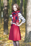 Art-Konzept: Junge kaukasische Brunette-Frau herein maßgeschneidert Stockbild