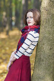 Art-Konzept: Junge kaukasische Brunette-Frau machte Measur herein Lizenzfreies Stockbild