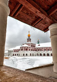 Art le nouveau monastère Istra de Jérusalem, mur de la Russie et la route à la tour de cloche en hiver image stock