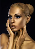 Jeune truie. Profil du visage de la femme d'or étonnée. Imagination photo libre de droits