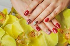 Art lilas de clou avec les fleurs imprimées sur le fond clair Photo stock