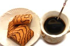 Art mit Spitzencupkaffee und -platte mit Plätzchen Stockbilder