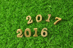 Art mit 2016 und 2017 hölzerne Zahlen Lizenzfreie Stockfotografie
