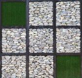 Art moderne, bloc de mur de roche et herbe artificielle Photographie stock libre de droits